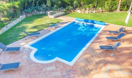 Summer pool in the courtyard near the house. Sunbeds for relaxing. Imagens - 24727054