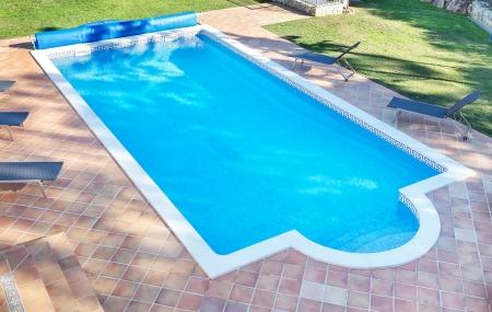 Zomer zwembad voor de vakantie met een tuin. Voor recreatie en zwemmen. Stockfoto