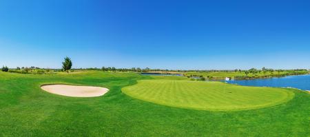 Panorama golfbaan weelderige gras. Op het meer.