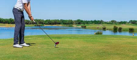 Man simuleert spelen golf. Met de stok op het groene veld.
