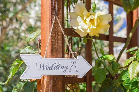 Direcciones letrero a la boda. Símbolo de la muestra.