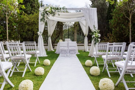 Wedding path and decorations for newlyweds. In Nature in the garden. Imagens - 47086499