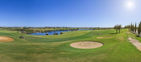 一个高尔夫球场的全景在一个晴天。沙子陷阱。