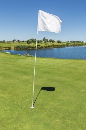 Signaalvlag voor het gat op de golfbaan. Verticale foto.
