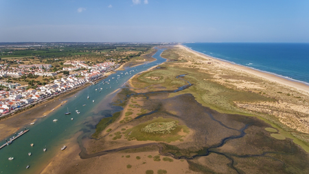 Aerial. Ria Formsa Tavira is filmed from the sky in the summer. Cabanas 版權商用圖片