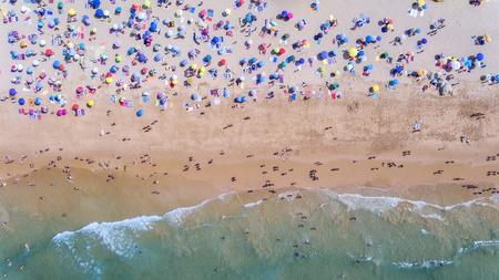 공중선. 해변과 관광객의 개념적 사진입니다. 하늘에서. 스톡 콘텐츠