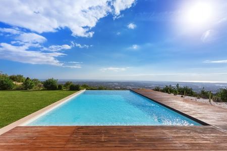 Modern endless infinity pool. With views of landscape. 版權商用圖片