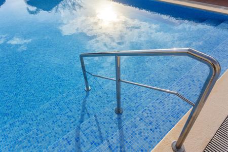Hekwerk rond het zwembad voor verzekering. Stockfoto