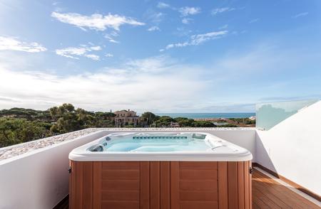 屋根の上のリラクゼーションのためジャグジー ・ スイート。海を望む。 写真素材