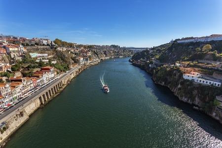 The Douro River through the Portuguese city of Porto. Imagens
