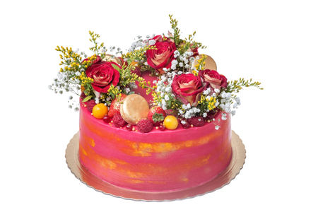 Cake for a wedding, from flowers of roses, marshmallow and fruit. 免版税图像