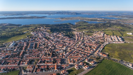 Aérien. Vue d'en haut du village et du château de Mourao, district d'Evora. Le Portugal. Banque d'images