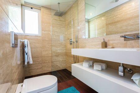 Elegantes cuartos de baño con ducha en una decoración contemporánea.