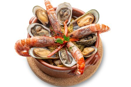 Braised prawns with oysters in a clay pot. Portuguese Algarve cuisine. Imagens