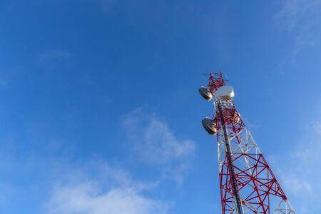 Une antenne tour moderne pour la diffusion de signaux téléphoniques, télévisés et Internet. Contre le ciel