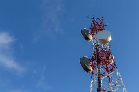 A modern tower antenna for broadcasting telephone, television, and Internet signals. Against the sky. Banque d'images