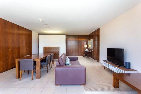 Modern living room, hall with integrated kitchen, furnished. Standard-Bild
