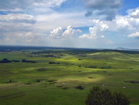 Zomer landschap. Uitzicht vanaf de hoge berg.