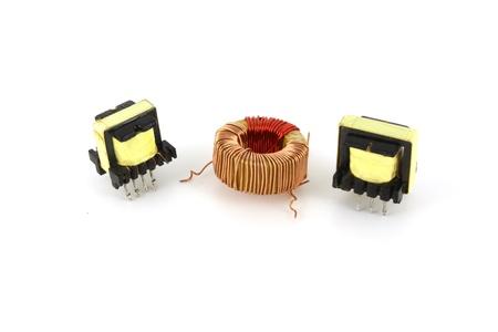 Drie elektronische transformatoren over wit