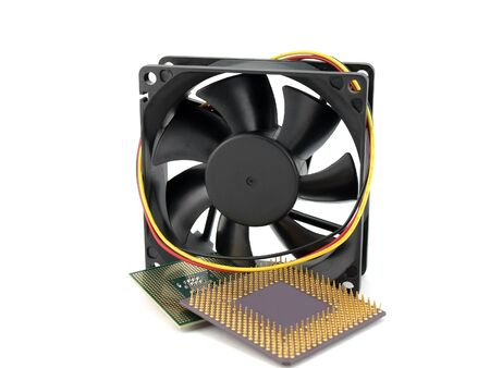 microprocesadores: Los microprocesadores y el ventilador sobre blanco Foto de archivo