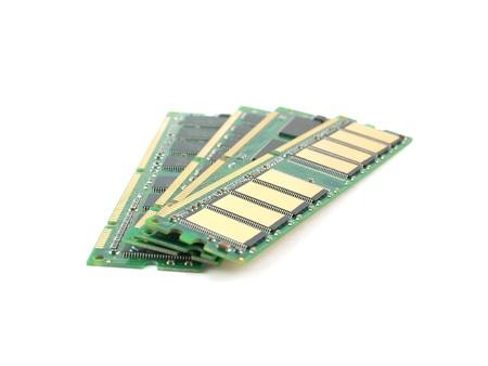 Geheugenkaarten (RAM) over wit. Ondiepe DOF.