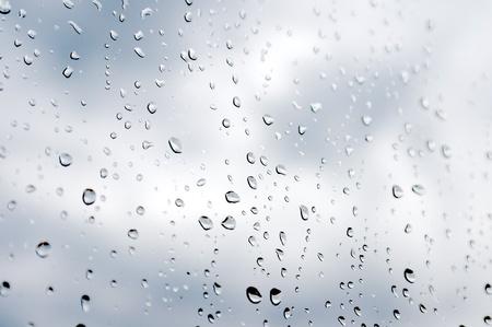 Water druppels op het raam. Ondiepe DOF. Abstracte achtergrond.