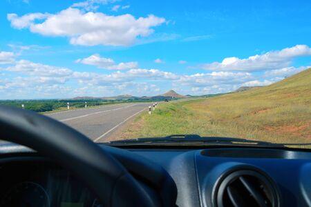 Paisaje hermoso del verano con vistas a la carretera de autom�vil Foto de archivo - 16854600
