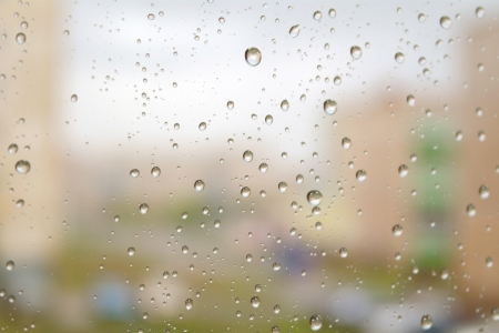 上の日雨が降っている秋。ウィンドウ上の水の滴。浅い自由度