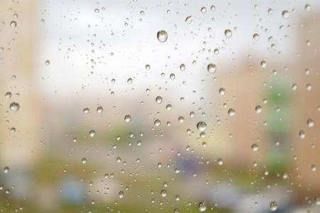 Op een herfst dag regent. Druppels water op het raam. Ondiepe DOF