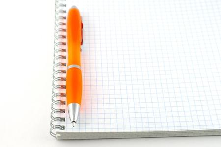 Oranje pen op de notebook