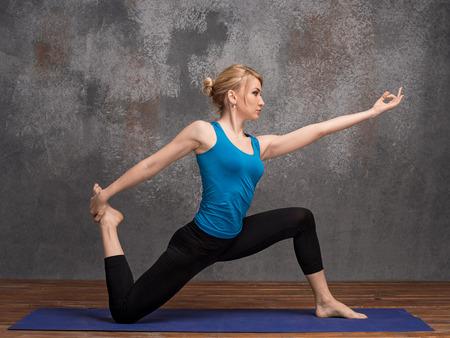 Yoga femme debout sur un genou, copie espace pour le texte ou slogan (eka pada radzhakapotasana) Banque d'images - 47253124
