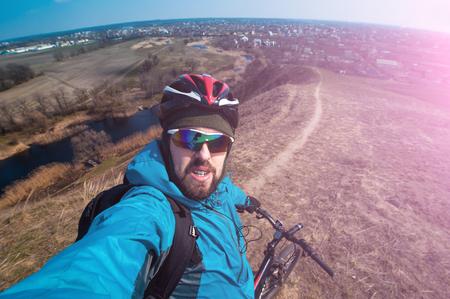 bicicleta: joven selfie rápida en una bicicleta al aire libre, copia espacio para el texto o lema Foto de archivo