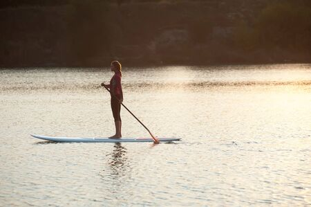 SUP Stand up paddle carte femme paddleboarding Banque d'images - 55413418