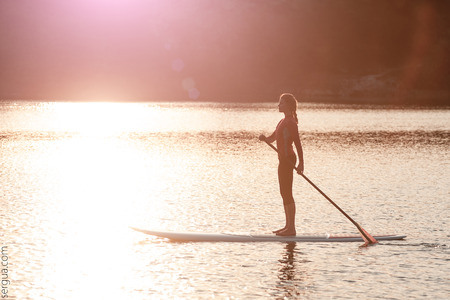 SUP Stand up paddle board woman paddleboarding Banque d'images