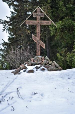 memorial cross: Memorial Cross sull'isola Belov. Lago di Pskov, Russia. Archivio Fotografico