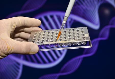 DNA-onderzoek in de genetische laboratoria. Biologische wetenschappelijke apparatuur.