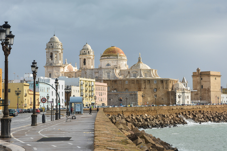 Catedral de la Santa Cruz de Cádiz. Hito arquitectónico en la costa atlántica de Andalucía en España. Foto de archivo