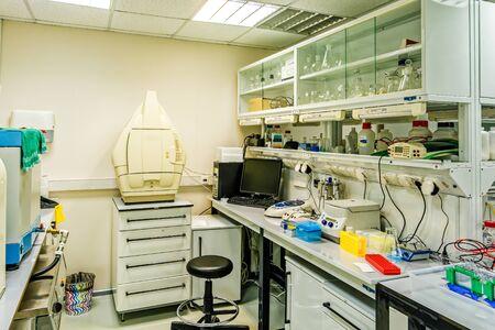 Laboratorium badawcze. Wnętrze nowoczesnego laboratorium badań chemicznych i biologicznych. Zdjęcie Seryjne