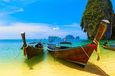 krabi: Viaggi paesaggio, spiaggia con acqua blu e il cielo a isola estate Thailandia natura bella e tradizionale in legno barca Scenario tropicale resort paradiso