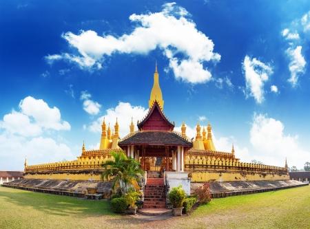 lejos: Hito viajes Laos, Wat pagoda de oro Phra That Luang en Vientiane templo budista famoso destino turístico en Asia