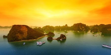 ベトナムのハロン湾の美しい日没風景の背景