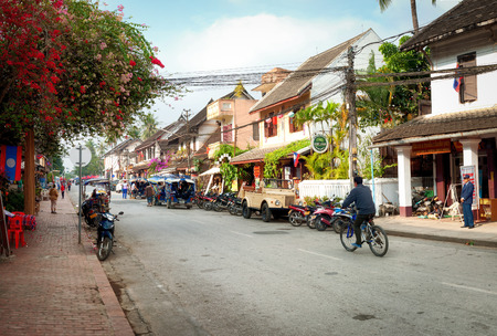 daily routine: Luang Prabang, Laos - 08 de diciembre 2013 los ciudadanos no identificados de Luang Prabang en su rutina diaria en la parte central del distrito tur�stico de la calle al aire libre de la ciudad ver Popular destino de viaje Editorial