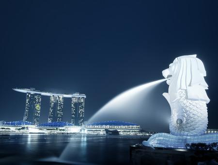 싱가포르의 스카이 라인 밤 파노라마. 마리나 베이 샌즈 근처 시내 비즈니스 지구에 현대 도시의 도시보기. 유명한 관광 여행 목적지의 물가 풍경. 저