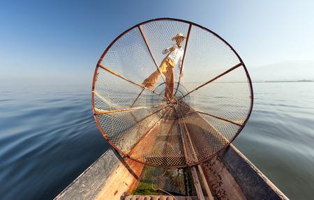 pescador: Birmania Myanmar Inle lago pescador en el barco de la captura de peces por la fotograf�a al aire libre neta tradicional