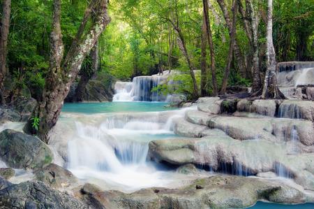 Cascata nella foresta tropicale della Thailandia Archivio Fotografico - 29488401