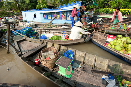 CAN THO,VIETNAM - 23 JAN, 2014: Unidentified people on floating market in Mekong river delta. Cai Rang and Cai Be markets are very popular among the local citizens and tourists. Stock Photo - 29477475