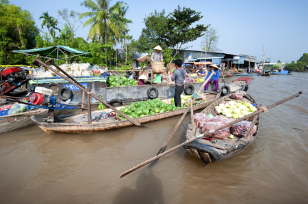 cai rang: CAN THO,VIETNAM - 23 JAN, 2014: Unidentified people on floating market in Mekong river delta. Cai Rang and Cai Be markets are very popular among the local citizens and tourists. Editorial