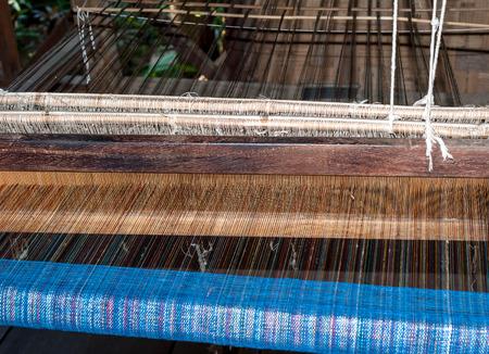 maquinas de coser: Fábrica de producción de seda. Fabricación tradicional en Asia