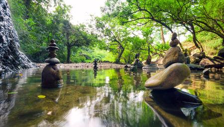 Jardin zen Méditez paysage spirituel de la forêt verte avec de l'eau de l'étang calme et pierre roches de la balance Banque d'images - 30988550