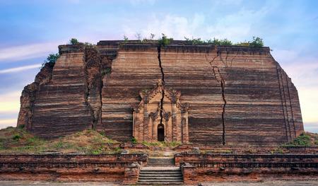 earthquake crack: Pa Hto Taw Gyi Mingun pagoda in Mandalay, Myanmar  Burma  Stock Photo
